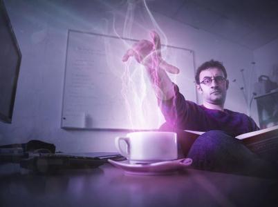 Fyzik Valerio Rossetti využívá sílu pro dobro celého světa - například zde díky ní ohřívá kávu.