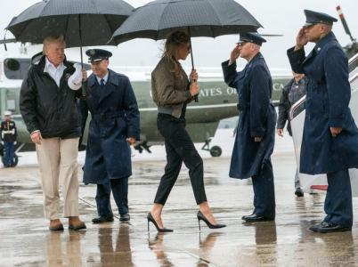 Prezidentský pár míří na palubu Air Force One, který je přepraví do Texasu. Obuv Melanie Trumpové přinejmenším vzbuzuje údiv.