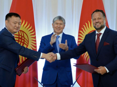 Kyrgyzský prezident Almazbek Atambajev při podpisu smlouvy s pochybnou českou společností Liglass. Radost z lidmi z okolí MIloše Zemana domluveného kontraktu ale již vyprchala.