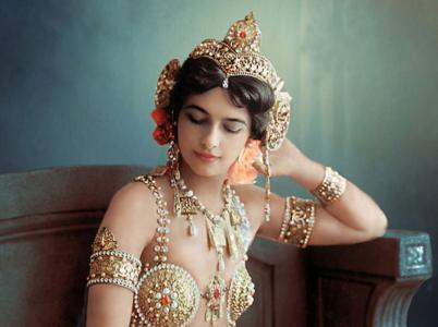 Za první světové války vykonávala Mata Hari špionáž jak pro Německo, tak pro Francii. Kdo by totiž podezříval půvabnou tanečnici, že?