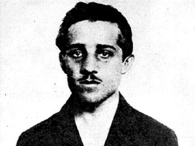 Fotografie pořízená po zatčení Gavrila Principa. Ten byl následně vězněn v terezínské Malé pevnosti, kde těsně před koncem války zemřel na tuberu.