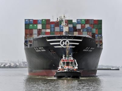 Čínská nákladní loď plující do Hamburku.