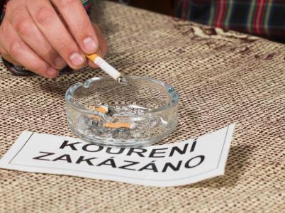Zákaz kouření v restauracích a barech platí již od 1. června. Nyní ale provozovatelům již hrozí horentní pokuty za jeho nedodržování.