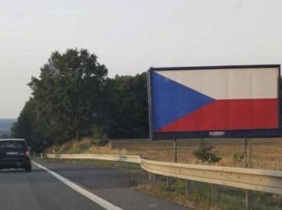 Také jste o víkendu viděli vlajku u silnice? Nebojte, nejde o žádnou vlasteneckou kampaň.