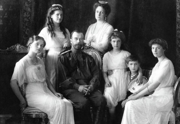 Ruský car Mikuláš II. se svou rodinou. Dnes je tomu přesně 99 let, co byli Romanovci zavražděni bolševiky.
