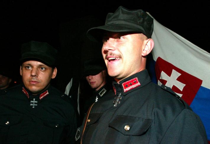 Kotleba je rozpolcená osobnost. Obléká se jako neonacista, projevuje se jako neonacista, ale tvrdí, že není neonacista.