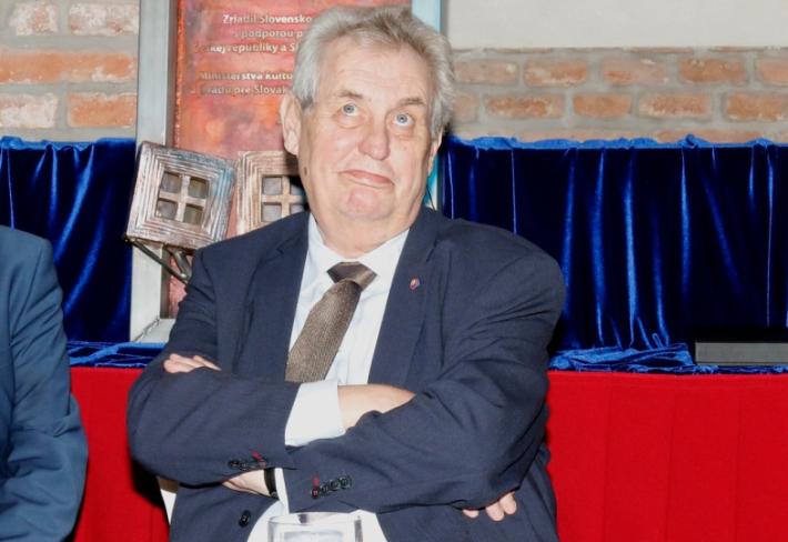 Miloš Zeman má jasno. Sklenička s kamarády je více než uctění památky padlých hrdinů.