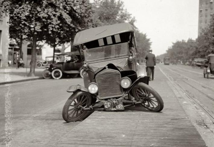 Ford má problémy, 1922. Kolaps přední nápravy s příčnými listovými pery.