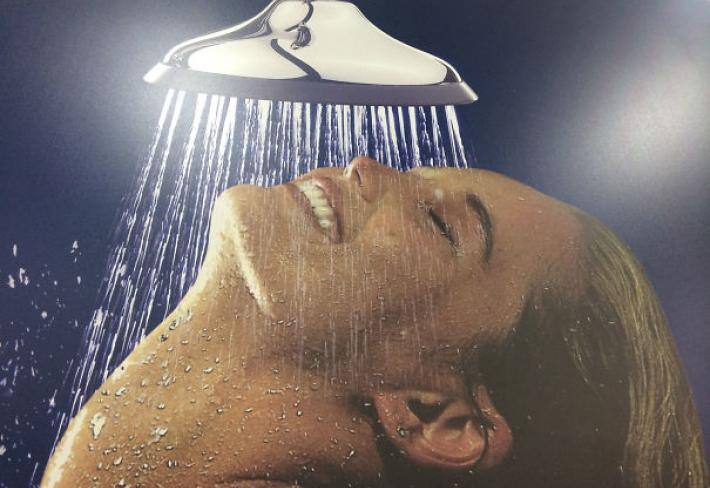 Nic není tak super, jako zlomit si po dlouhé dni krk pod vařící sprchou.