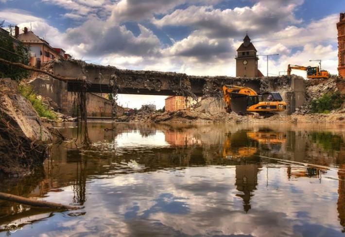 Morava v Oloumoci skoro bez vody. Čas zbourat most.