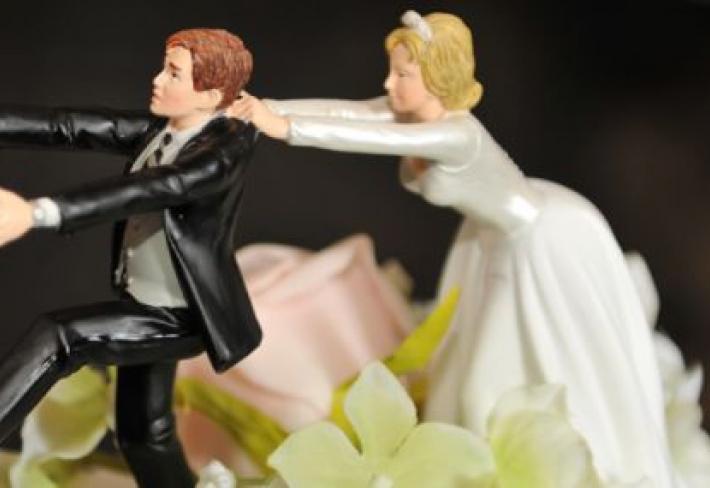 Svatba má být oslavou toho, že se našli dva rovnocenní partneři, ne vítězstvím šílené slepice, která někoho uhnala. Tradice bohužel vyznívají spíše druhým způsobem.
