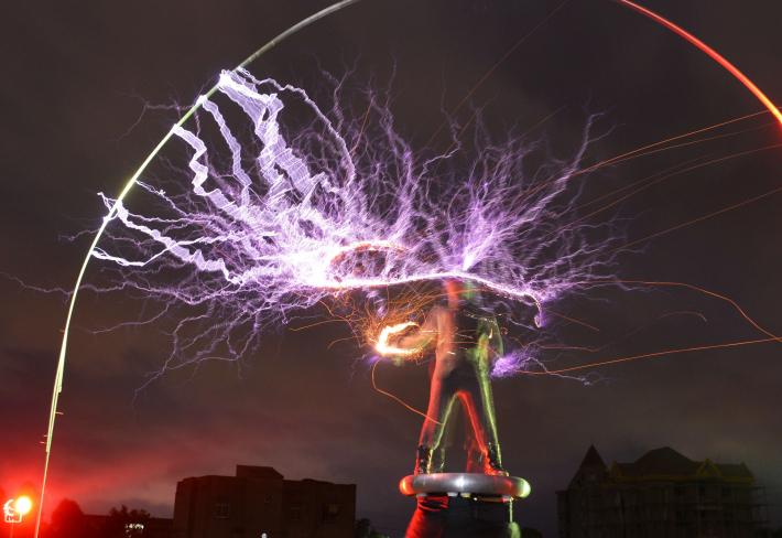 Dálkový přenos energie popsal Nikola Tesla už v roce 1891. Teď se na tomto principu budou dobíjet telefony
