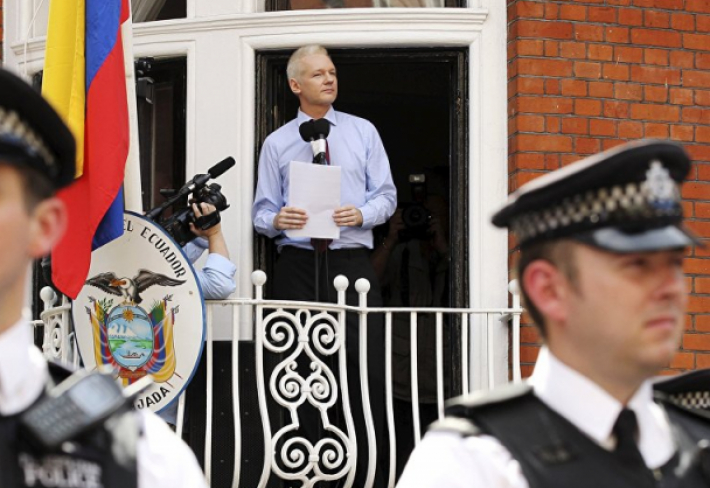 Dnes je Julian Assange nejznámějším whistleblowerem nuceným žít jako azylant na ekvádorské ambasádě. Jeho životní příběh je fascinující.