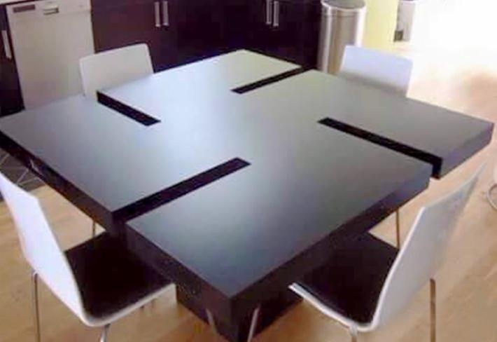 Zajímavé je, že k vyvolání virální reakce stačila jen fotka, na níž jsou při bližším pohledu patrná nápadně černá místa na rantlech stolu. Původní fotka z katalogu s názvem a cenovkou není nikde k nalezení.