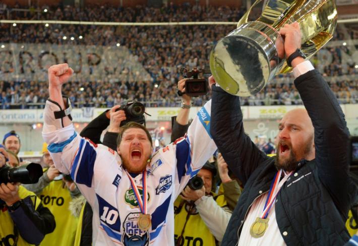 Radost z výhry v hokejové extralize u Komety Brno poněkud kalí fakt, že se tým a jeho fanoušci chlubí cizími úspěchy.