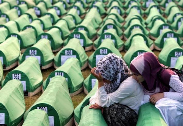 Z více než 8000 obětí srebrenické genocidy se doposud podařilo identifikovat jen necelých 6900 osob, jejichž ostatkům se dostalo důstojného pohřbu.