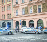Advokát Jiří Herczeg spáchal sebevraždu skokem z okna na Senovážném náměstí. Náhodou kolem šel i známý fotoreportér Petr Vrabec, který sdílel tuto fotografii na svém Facebooku.