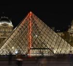 Pařížský Louvre skrývá mnoho tajemství. Záhady začínají už u skleněné pyramidy, která před ním stojí.