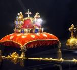 České korunovační klenoty mají dlouhou historii. K vidění budou v Vladislavském sále od 16. do 23. ledna.