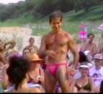 Muž s očními linkami, make-upem, plastikami a vyrýsovaným tělem ve slipových plavkách, takový byl vůdce kultu Michel Rostand.