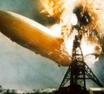 Během přistávacího manévru v Lakehurstu Hindenburg nečekaně vzplanul. Při katastrofě zahynulo 36 lidí.