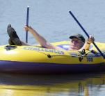 Co myslíte, řídí Miloš Zeman svůj člun střízlivý, nebo je jeho plavidlo vybaveno motorem na lihový pohon?
