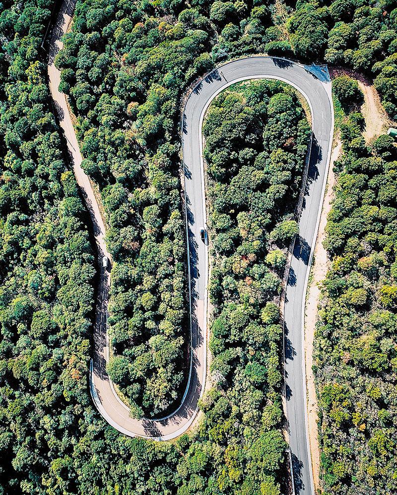Klikatá silnice na francouzském ostrově Korsika vede ve skutečnosti do poměrně příkrého kopce. Kdo by to byl řekl?