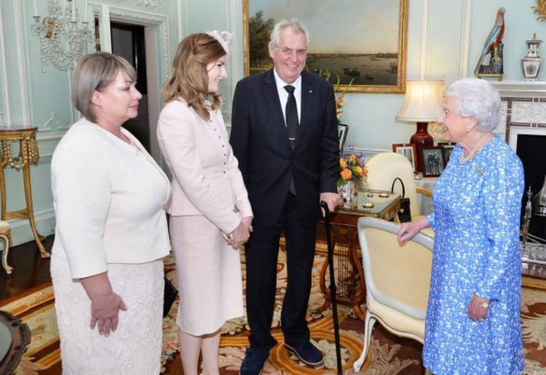 Oblečení MIloše Zemana a jeho manželky Ivany na audienci u britské královny lze popsat dvěma slovy: všechno špatně.