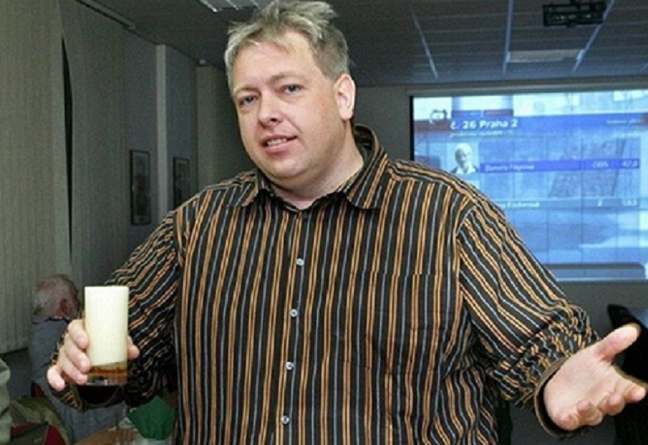 Se studiem práv se Chovanec vyznamenal stejně jako s čepováním piva na této fotografii.