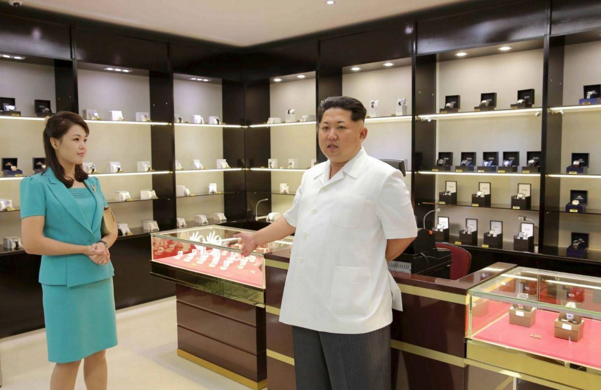 """Kim Čong-un spolu se svou manželkou ukazuje místní obchod s luxusním zbožím. V zásadě severokorejské """"Tuzexy"""" slouží jako zdroj financování jaderných zbraní."""