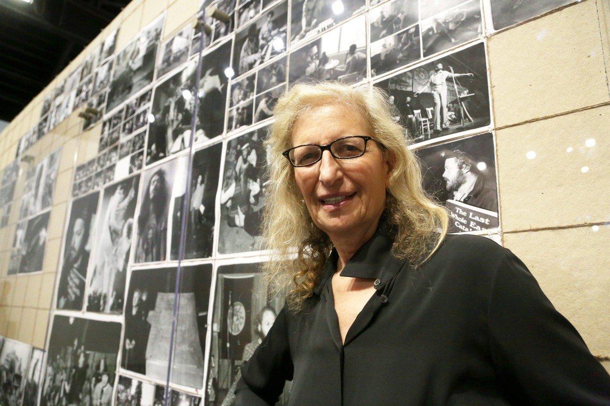 Dnes je Annie Leibovitz celosvětově uznávanou fotografkou. K fotografii se ale dostala až přes malování a hudbu.