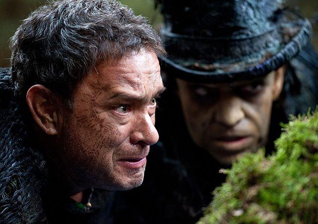 Film Atlas mraků vypráví šest příběhů. Děj nejstaršího se odehrává na počátku 19. století, poslední pak v postapokalyptické budoucnosti  - na snímku Tom Hanks a Hugo Weaving.