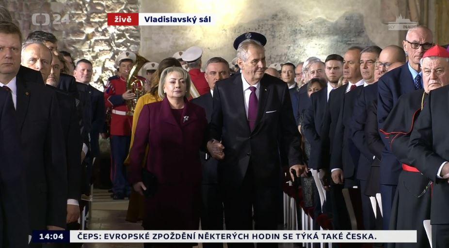 Miloš Zeman a jeho lidská hůlka Ivana prochází mezi hosty ve Vladislavském sále.