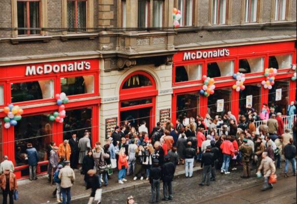 Před 26 lety se v Česku otevřela první pobočka fastfoodového řetězce McDonald´s.