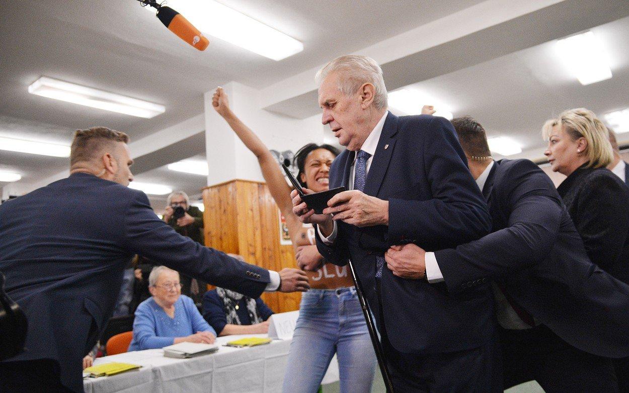 Když se současný prezident vydal volit, snažila se mu vhození do obálky znemožnit ukrajinská aktivistka.