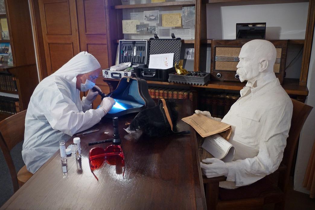 Genetik Daniel Vaněk zkoumá stopy DNA z obleku T. G. M., který nebyl nikdy praný.