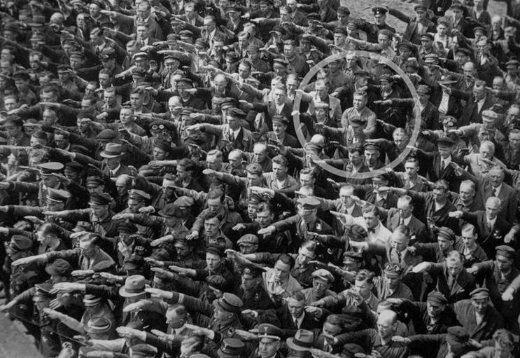 Fotografie Augusta Landmessera odmítajícího zvednout pravici byla poprvé publikována v německém týdeníku Die Zeit 22. března roku 1991. Fotografie s kolečkem okolo Augusta nebyla nikterak upravována. Jedná se o originální verzi.
