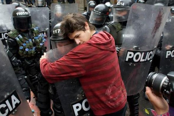 3. Chlapec objímající policistu, Kolumbie 2011
