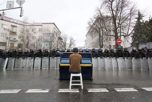 1. Muž hrající na piano, Ukrajina 2013