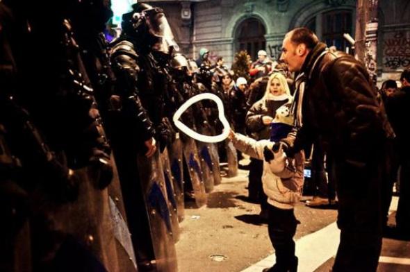 2. Dítě podává vojákovi balónek ve tvaru srdíčka, Rumunsko 2012