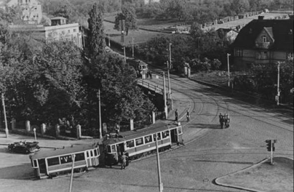 3. Místo atentátu - křižovatka tehdejší Kirchmayerovy třídy (dnes Zenklova ulice – cesta z Kobylis přes Starou Libeň) s ulicí V Holešovičkách
