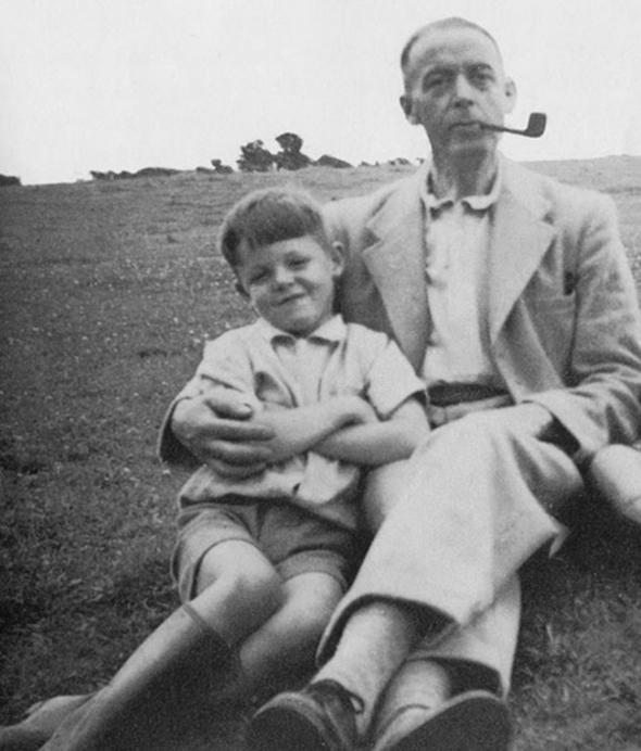 1. Osmiletý Paul McCartney se svým tatínkem v roce 1950