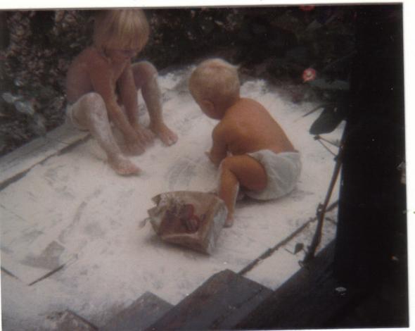 Hele mami, v obýváku sneží mouka!