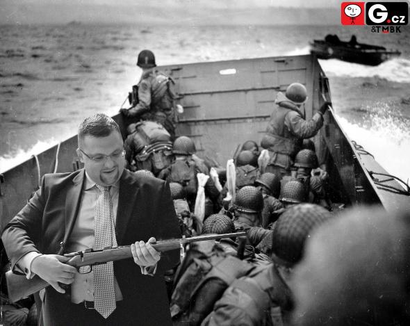2. Pak mě hodní pánové ve vojenských helmách vzali na projížďku lodí na francouzském pobřeží.