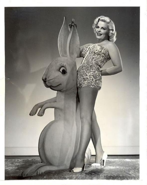 2# Ke správným Velikonocům neodmyslitelně patří zajíc a samozřejmě krásná dívka!