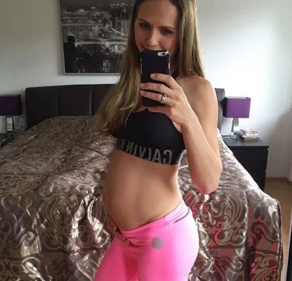 Ženské tělo v 21 týdnu těhotenství.