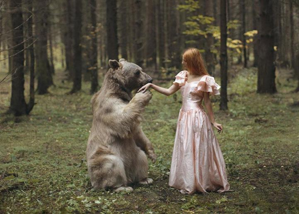 Katerina Plotnikova je ruská umělkyně, která se zabývá výtvarným uměním vytvářejícím prostor pro představivost.