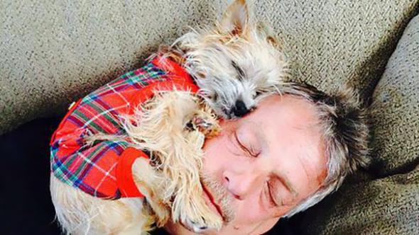 2# Taťka zběsile křičel, že nikdy v domě žádný pes! A takhle byli načapáni pár dnů po přistěhování...