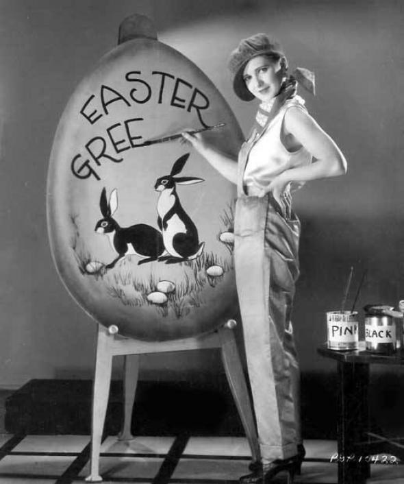 1# Sličná dívka a velikonoční malování vajíčka obřího rozměru!