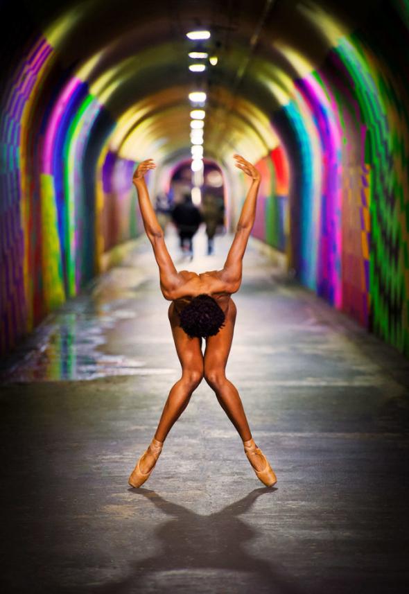 Fotograf Jordan Matter svlékl tanečníky, aby je mohl nafotit v rušních ulicí velkoměsta.